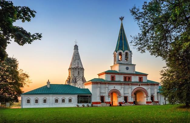 Kerk van de hemelvaart en de poort in kolomenskoye in moskou op een zomerochtend