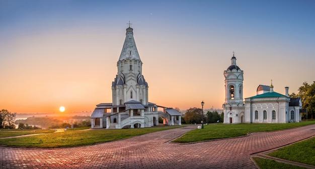 Kerk van de hemelvaart in kolomenskoye in moskou op een zomerochtend
