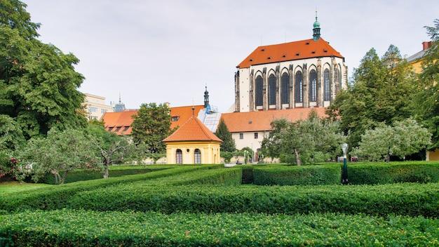 Kerk van de maagd maria van de sneeuw en de tuin van de franciscanen