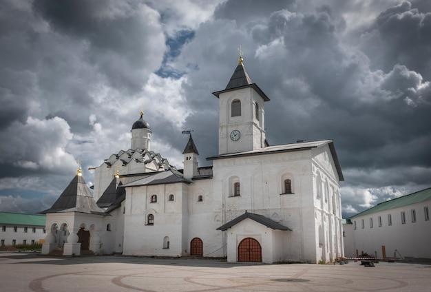 Kerk van de voorbede van de heilige maagd in het klooster van de heilige drievuldigheid alexander svirsky aan het roshinskoye-meer in de regio leningrad, rusland.