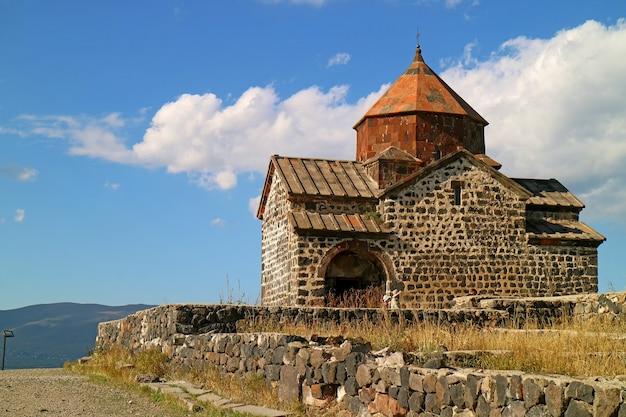 Kerk van het sevanavank-kloostercomplex op de klif met uitzicht op het meer van sevan