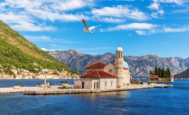 Kerk van onze-lieve-vrouw van de rotsen en het eiland saint george, baai van kotor in de buurt van perast, montenegro.