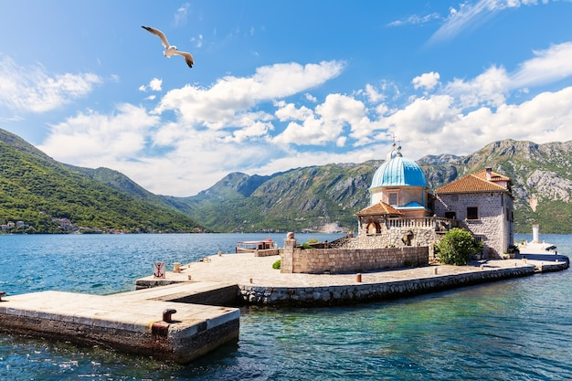 Kerk van onze lieve vrouw van de rotsen in de adriatische zee, kotor, montenegro.