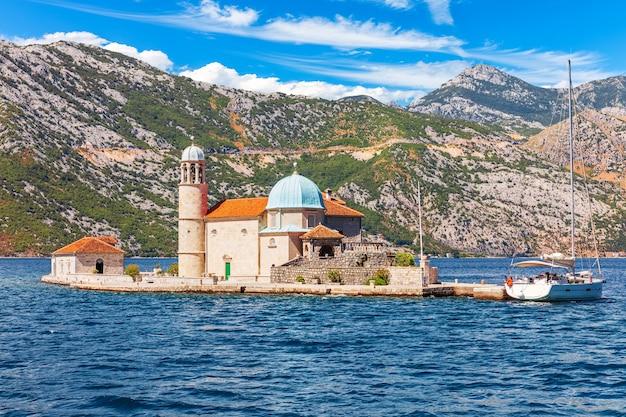 Kerk van onze lieve vrouw van de rotsen in de baai van kotor, adriatische zee, montenegro.