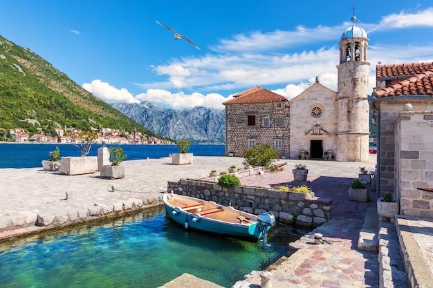Kerk van onze lieve vrouw van de rotsen in de baai van kotor in de buurt van perast, montenegro.