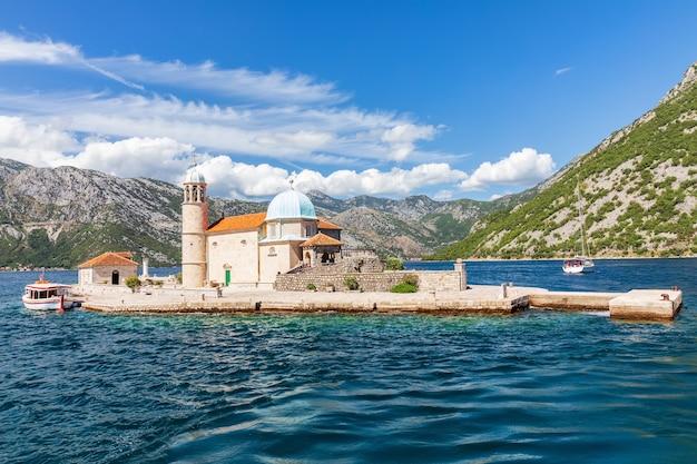 Kerk van onze lieve vrouw van de rotsen in de baai van kotor, montenegro.