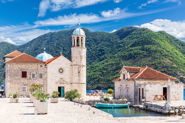 Kerk van onze lieve vrouw van de rotsen in de buurt van perast, kotor bay, montenegro.