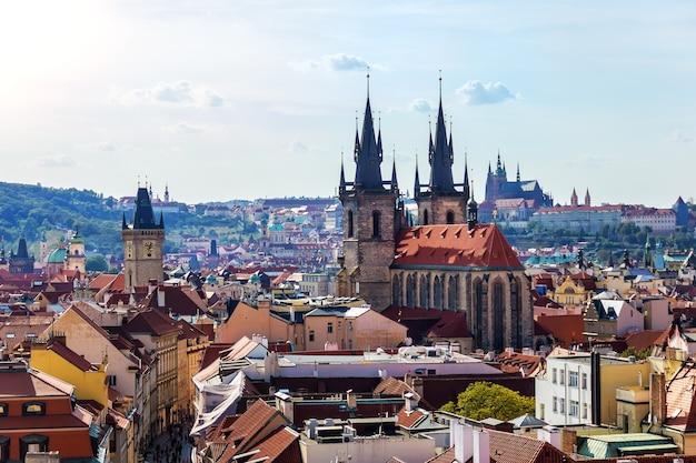 Kerk van onze-lieve-vrouw vóór tyn en de luchtfoto van het oude stadhuis, praag.