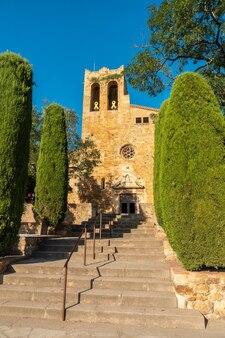 Kerk van pals middeleeuws dorp, straten van het historische centrum bij zonsondergang, girona aan de costa brava van catalonië in de middellandse zee