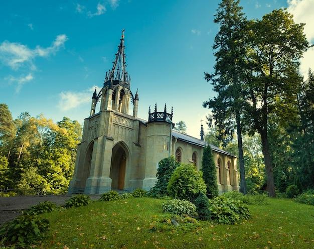 Kerk van peter en paul in gotische stijl in shuvalovsky park in de stad st. petersburg, rusland