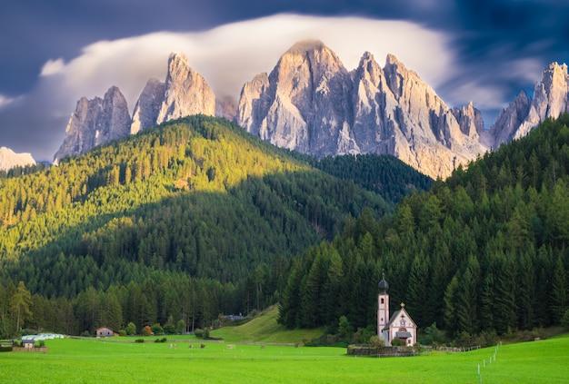 Kerk van san giovanni in ranui, idolomitas italiaanse alpen