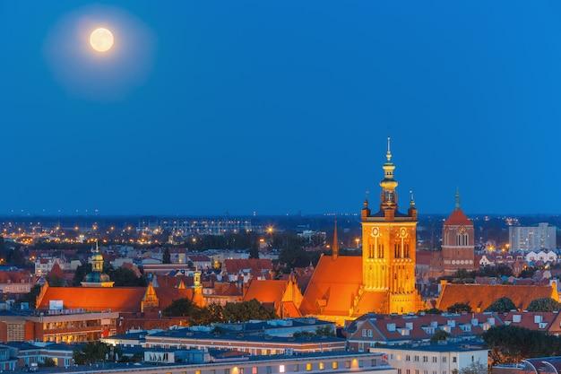 Kerk van sint catherine 's nachts, gdansk, polen
