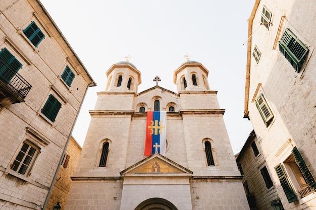 Kerk van sint-nicolaas in het oude centrum van kotor in montenegro