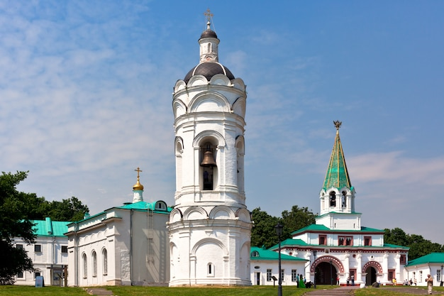 Kerk van st george met een klokkentoren in het museum kolomenskoye in moskou