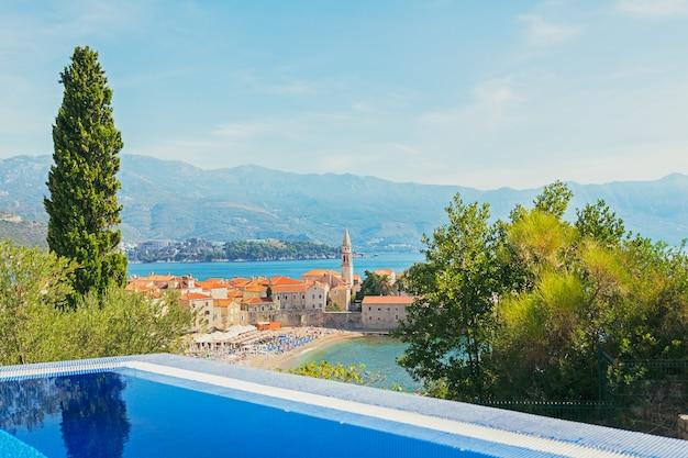 Kerk van st ivan, oude muren, bergen en zee in de oude stad budva, montenegro