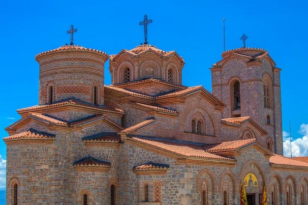 Kerk van st john in kaneo met uitzicht op het meer van ohrid, republiek macedonië