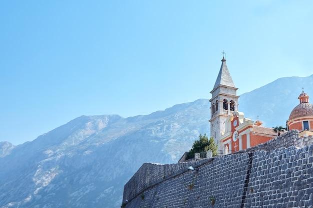 Kerk van st. matthew met de klokkentoren in de stad dobrota montenegro