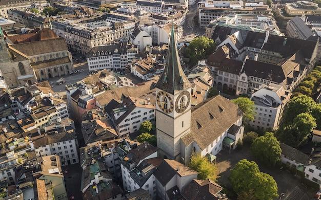 Kerk van st. peter in zürich. luchtfoto