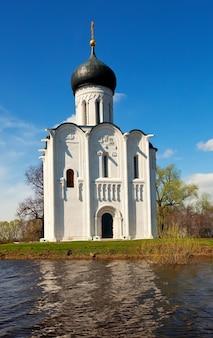 Kerk van voorbede op de rivier de nerl in overstroming