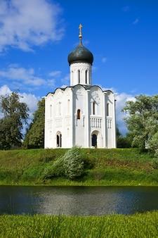 Kerk van voorbidding op rivier nerl