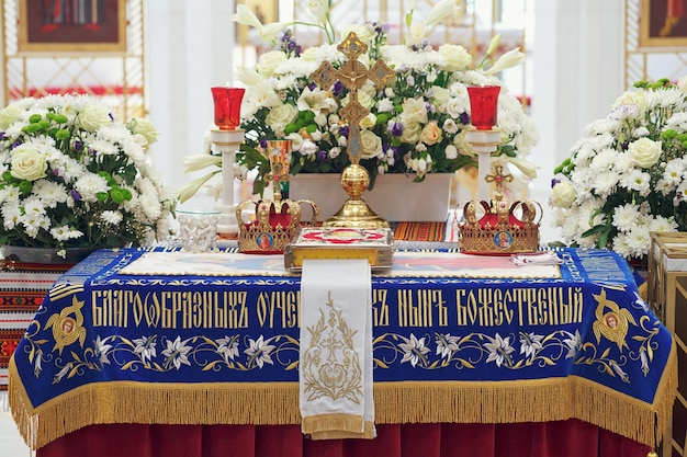 Kerkbenodigdheden en gouden kronen voor huwelijksceremonie in de orthodoxe kerk