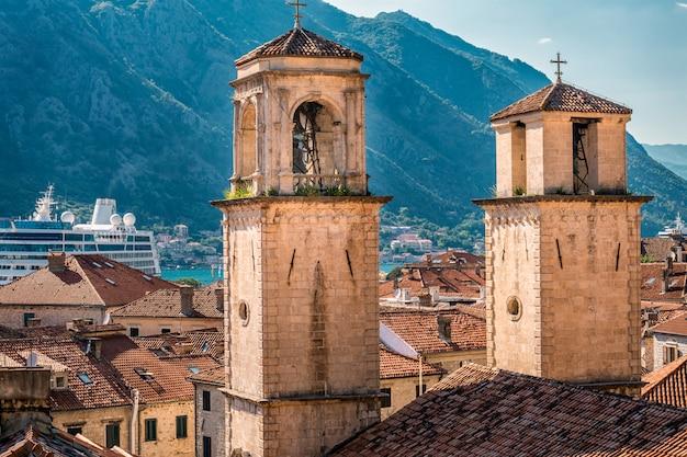 Kerktoren in het middeleeuwse dorp