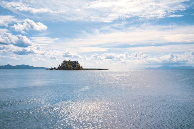 Kerkyra groene baai met kristalhelder water, grote stenen op het eiland corfu, griekenland. mooi landschap van ionische zee strand. zonnig weer, blauwe lucht.