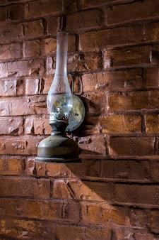 Kerosinelamp aan de muur