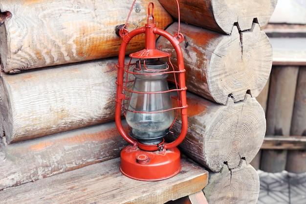 Kerosinelamp op houten slang