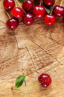 Kers op een houten oppervlak