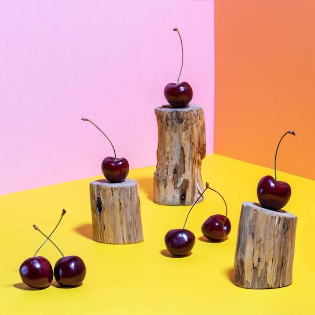 Kers op houten koffer op kleurrijke achtergrond