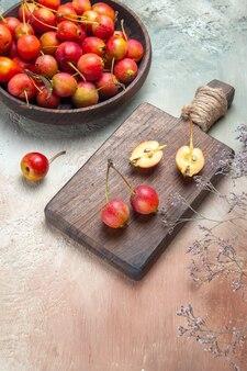 Kersen bessen op het bord kom met kersen boomtakken