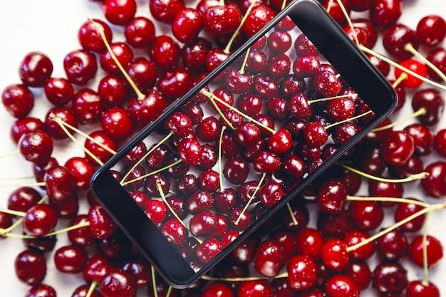 Kersen gefotografeerd op de telefoon voor sociale netwerken