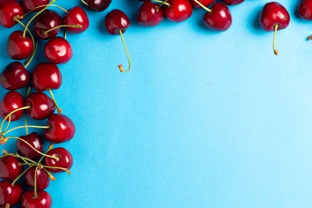 Kersenbessen op een blauwe achtergrond bovenaanzicht