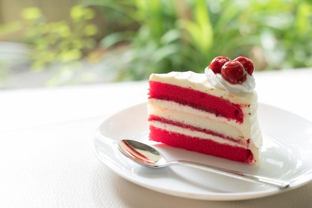 Kersencake. smakelijk heerlijk dessert op een witte plaat. eigengemaakte bakkerij gebak