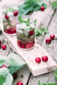 Kersencocktail met ijs en munt in een glas
