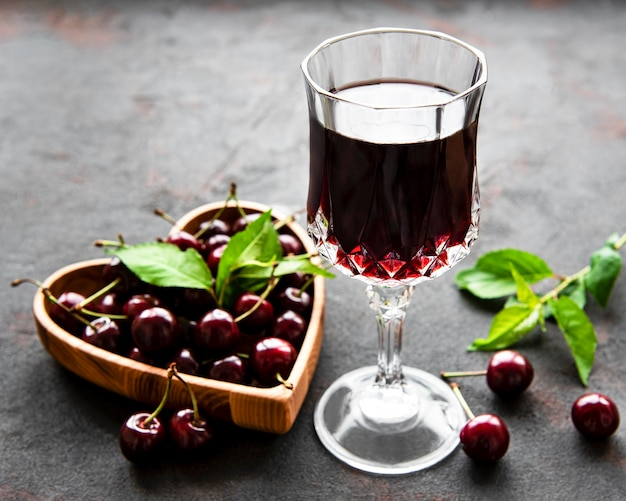 Kersenlikeur in een glas en vers fruit