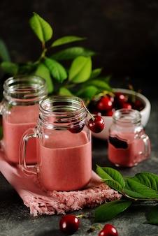Kersensmoothie met melk in glazen potten
