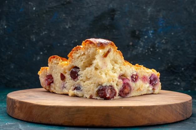 Kersentaart met suikerpoeder en kersen binnenin op donkerblauw, cake cream fruit zoete thee