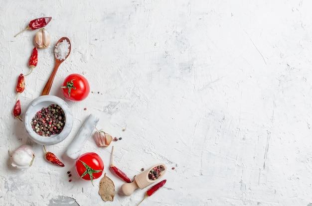 Kersentomaten op een tak, olie, peterselie en kruiden