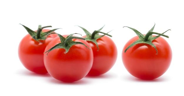 Kersentomaten op wit. verse tomaten