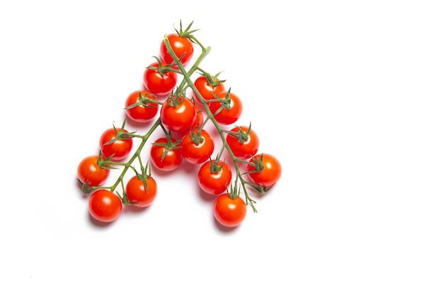 Kersentomaten tak geïsoleerd op wit oppervlak. rode tomaat. tomaten op een tak. geïsoleerd oppervlak. artikel over groenten. decoratie. kopieer ruimte.