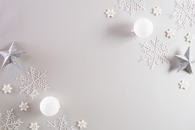 Kerst achtergrond. bovenaanzicht van kerstbal met sneeuwvlokken.