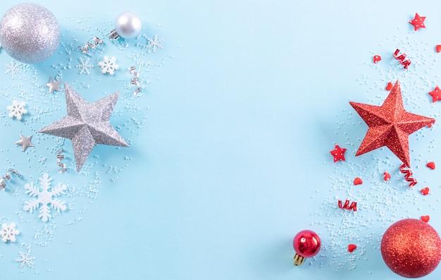 Kerst achtergrond. bovenaanzicht van kerstdecoratie met sneeuwvlokken op lichtblauwe pastelachtergrond. kopieer ruimte.