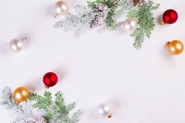 Kerst achtergrond. de sparrentak van kerstmis met ballen. copyspace, bovenaanzicht
