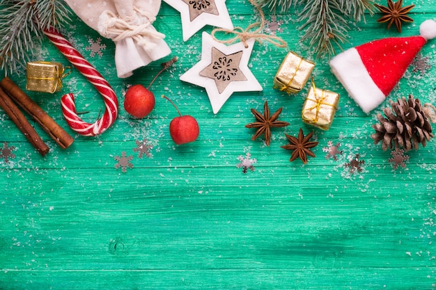 Kerst achtergrond, decoraties op smaragd houten bureau, plat lag stijl