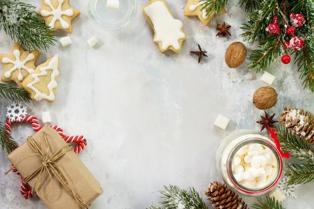 Kerst achtergrond frame of groet kerstkaart gingerbreads en een kop warme chocolademelk