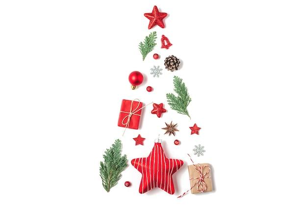 Kerst achtergrond gemaakt van fir takken, rode decoraties, bessen en geschenkdozen op witte achtergrond