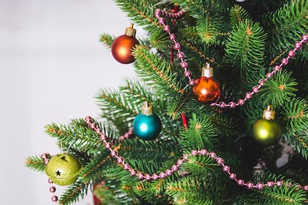 Kerst achtergrond - kerstballen en tak van kunstmatige vuren boom