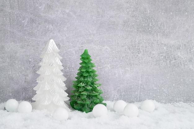 Kerst achtergrond. kerstboom en decoratie met sneeuw. kopieer cpace.